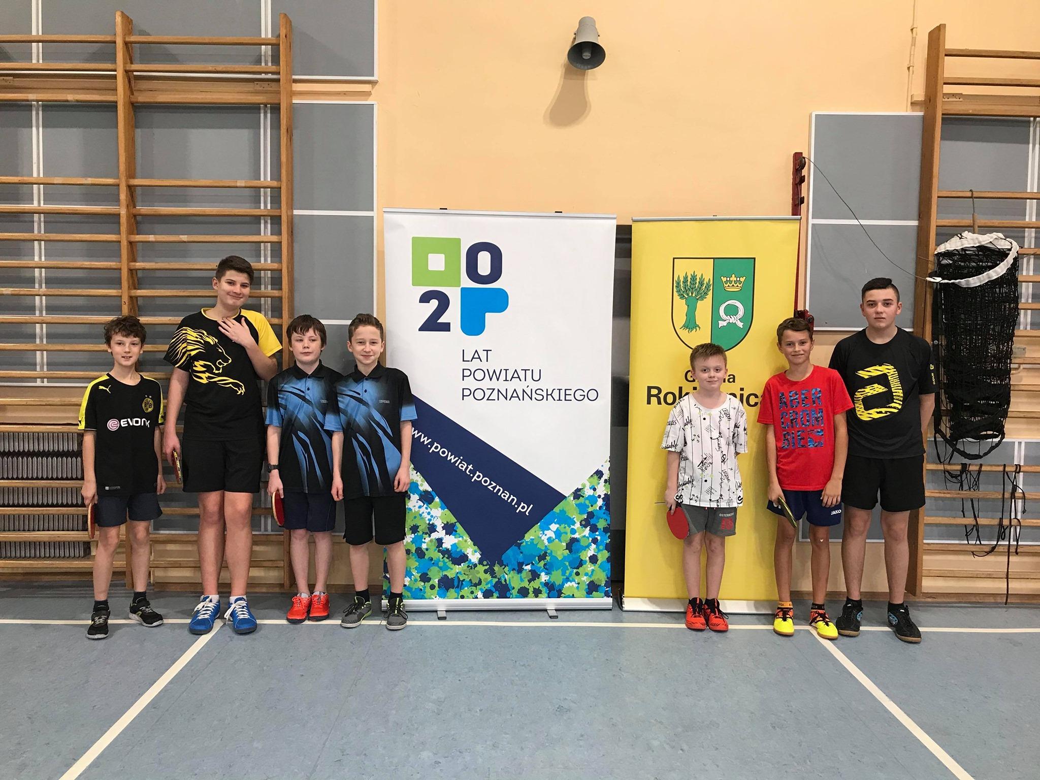 IX Mistrzostwa Gminy Amatorów w tenisie stołowym pod honorowym patronatem wójta gminy Rokietnica. Zawodnicy startujący w kategorii mężczyzn do lat 18 prezentujący nagrody.
