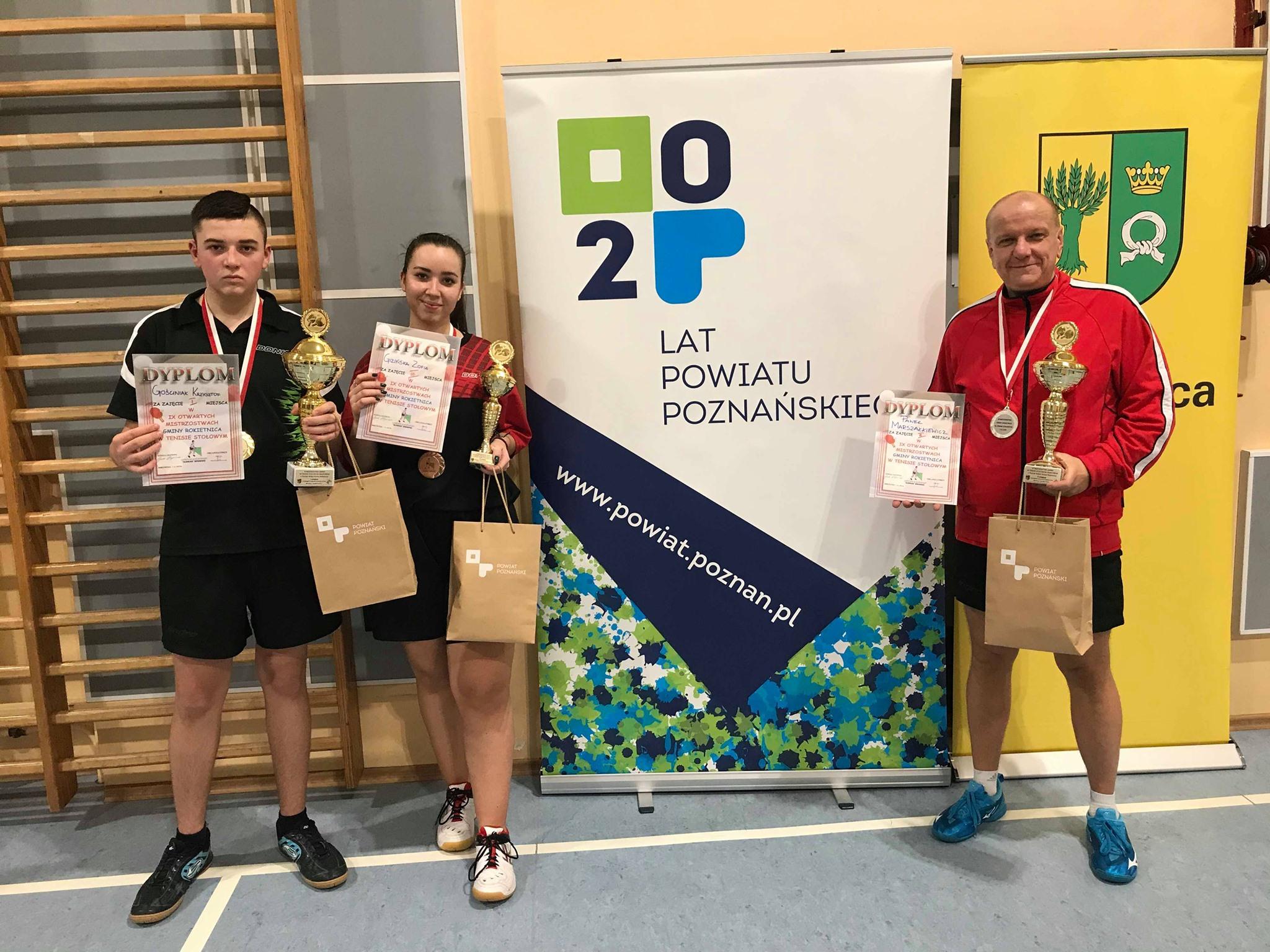 IX Mistrzostwa Gminy Amatorów w tenisie stołowym pod honorowym patronatem wójta gminy Rokietnica. Zawodnicy startujący w kategorii mężczyzn powyżej 18 lat prezentujący nagrody.
