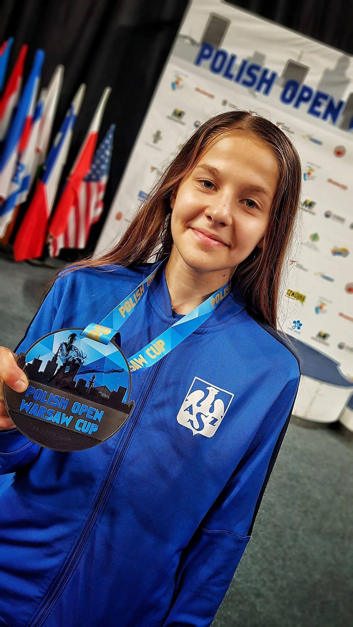 Marta Burzyńska prezentująca medal z Polish Open Warsaw Cup.