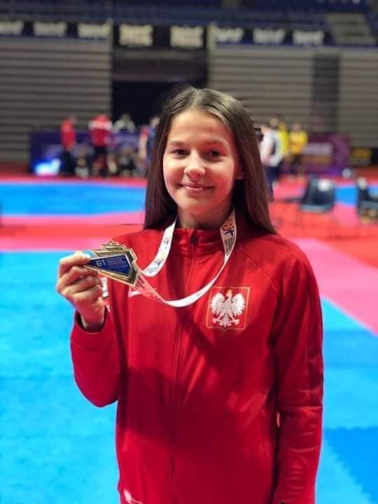 Marta Burzyńska prezentująca medal.