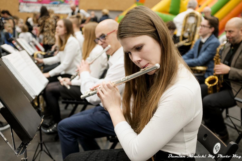 Rokietnicka Orkiestra Dęta podczas występu. Na pierwszym planie Maria Gicala grająca na flecie poprzecznym. W tle pozostali członkowie orkiestry.