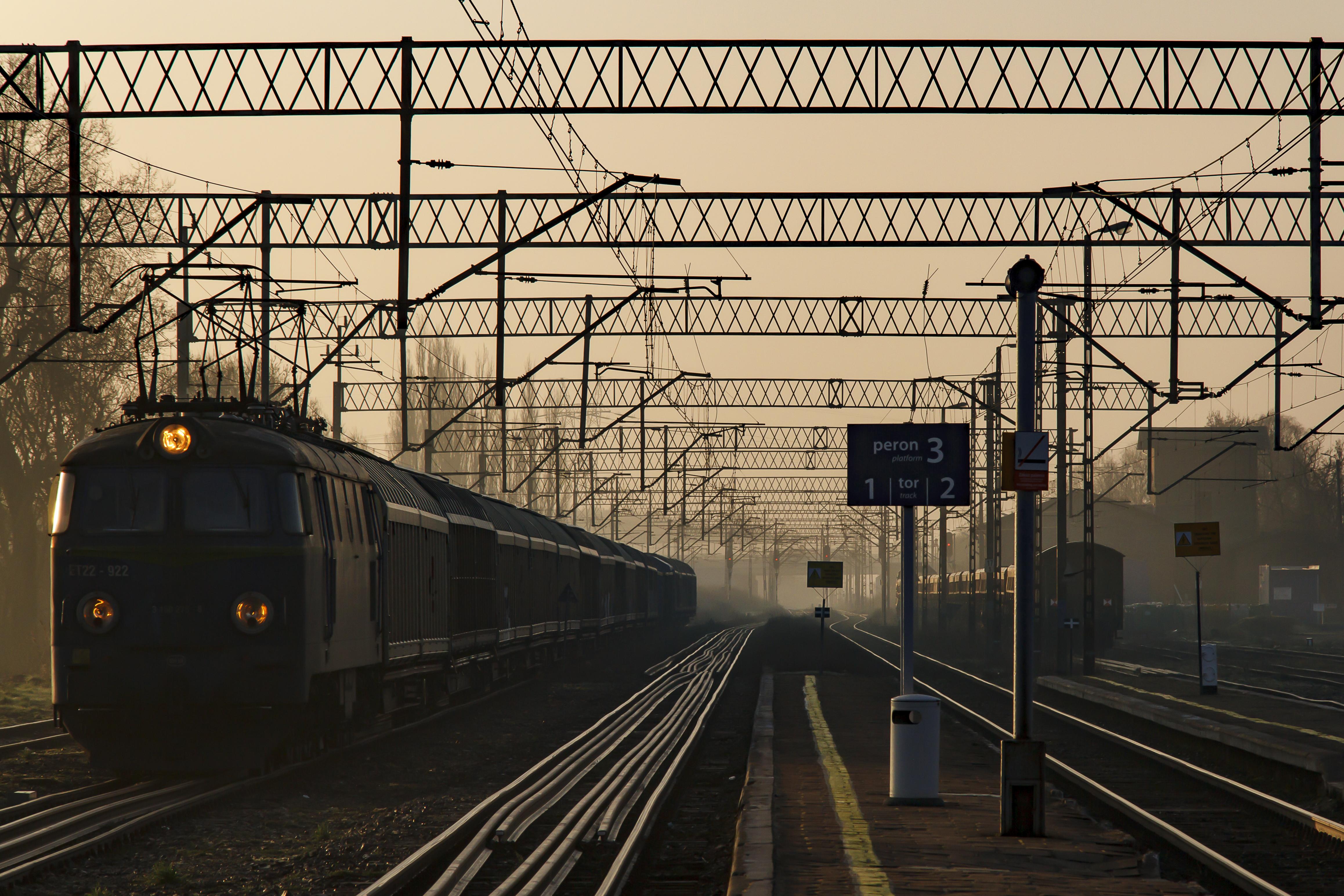 Autor zdjęcia: Jacek Nizio Tytuł: Dworzec Dworzec w Rokietnicy w sobotni poranek. Stojący pociąg przykuł moją uwagę, a klimatu dodało wstające światło.