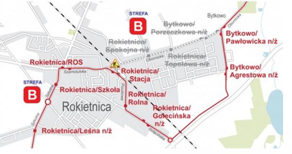 Zdjęcie przedstawia zmienioną trasę autobusu linii nr 832 w związku z zamknięciem przejazdu kolejowego na ul. Obornickiej w Rokietnicy. Autobusy zatrzymywać się będą na przystankach: Rokietnica/Stacja n/ż, Rokietnica/Rolna n/ż i Rokietnica/Golęcińska. Wyłączone z użytkowania będą przystanki na ulicy Obornickiej: Rokietnica/Spokojna n/ż, Rokietnica/Topolowa n/ż i Bytkowo/Porzeczkowa n/ż. Przesunięty zostanie przystanek Bytkowo/Pawłowicka n/ż na ul. Pawłowicką.