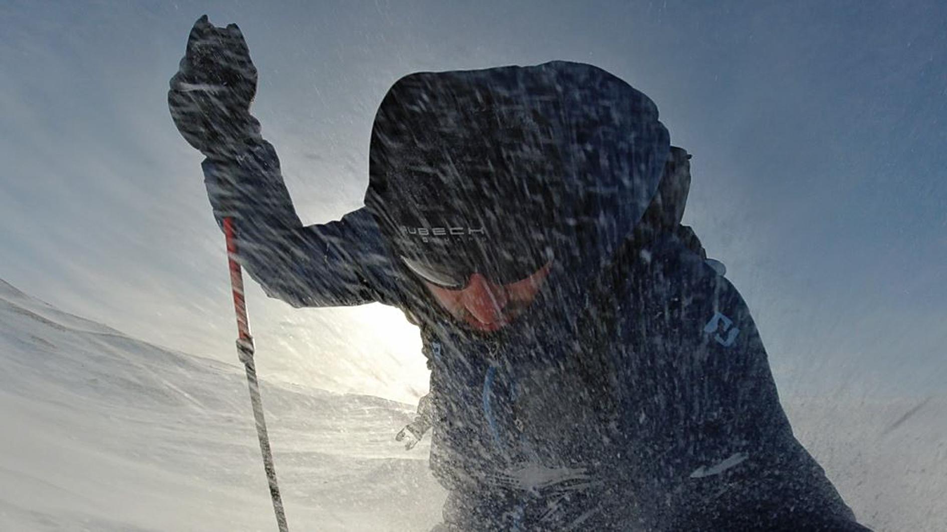 Na zdjęciu widoczny mężczyzna z kijkiem w prawej ręce. Przed nim okruszki śniegu. Autor Tomasz Kurczaba