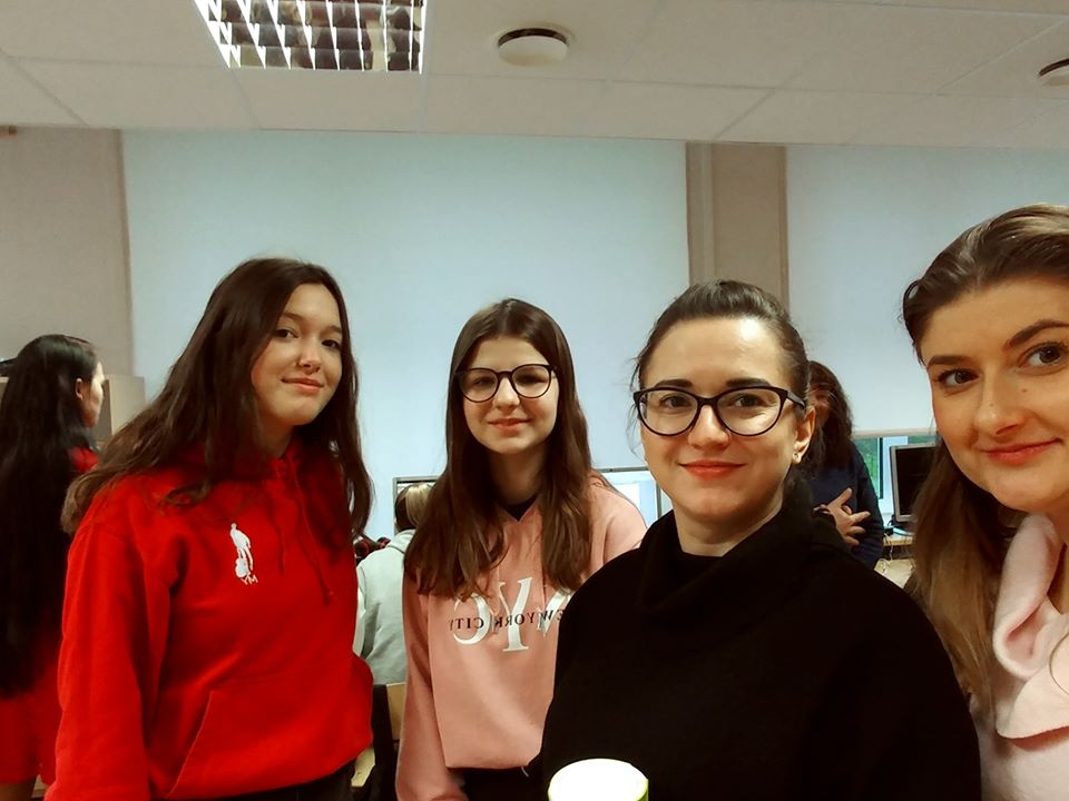 Na zdjęciu 2 uczennice Szkoły Podstawowej im. Jana Brzechwy w Rokietnicy, a jednocześnie uczestniczki projektu Erasmus+ oraz 2 inne uczennice znajdujące się w sali komputerowej i uśmiechające się do obiektywu.