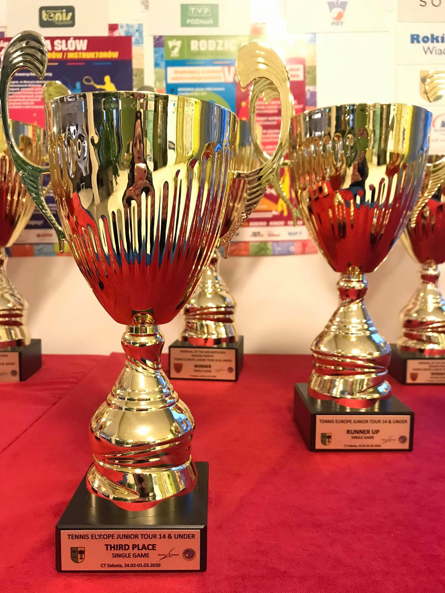 Na zdjęciu puchary dla zwycięzców Międzynarodowego Turnieju do lat 14 Sobota Cup Tennis Europe. Na tabliczce pucharu logotypu sponsorów, m.in. herb Gminy Rokietnica.