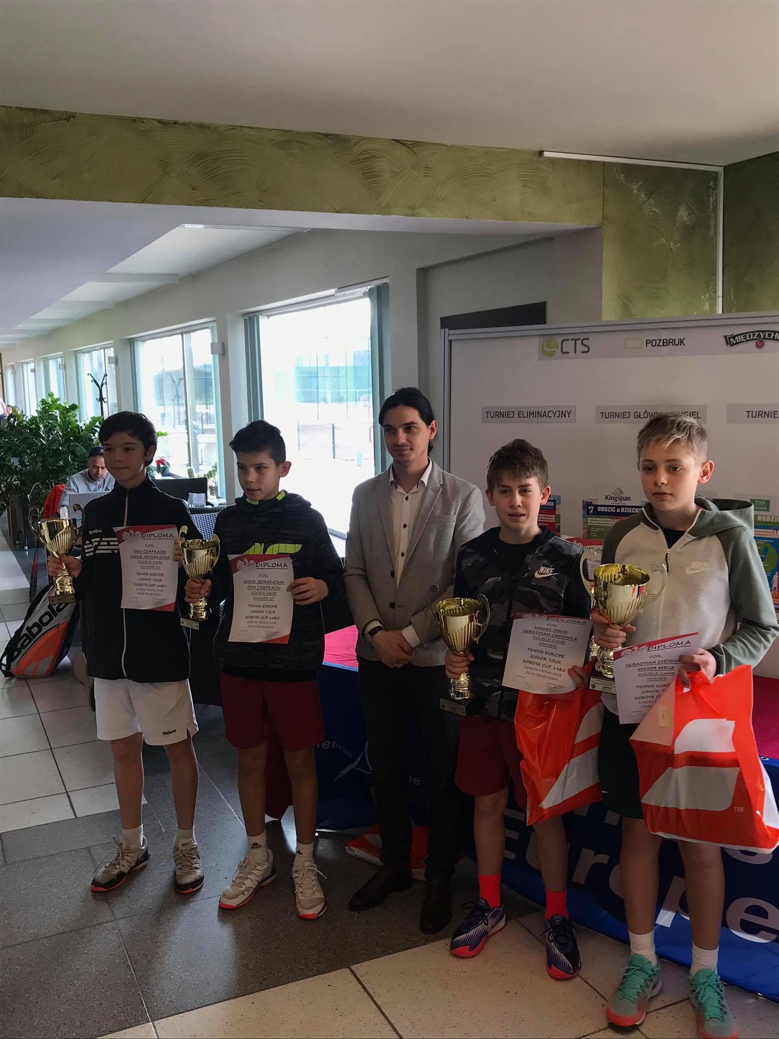 Na zdjęciu zwycięzcy Międzynarodowego Turnieju do lat 14 Sobota Cup Tennis Europe prezentujący zdobyte nagrody i dyplomy oraz menedżer turnieju - Wojciech Jaraczewski.