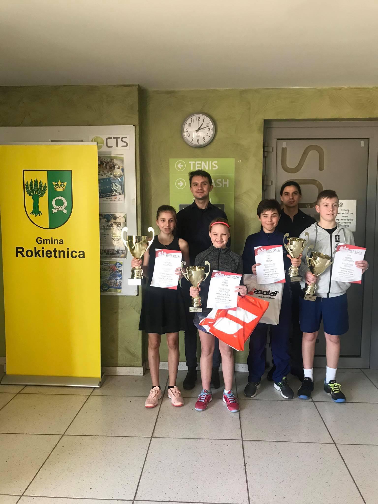 Na zdjęciu zwycięzcy Międzynarodowego Turnieju do lat 12 Sobota Cup Tennis Europe prezentujący zdobyte nagrody i dyplomy oraz organizatorzy turnieju.