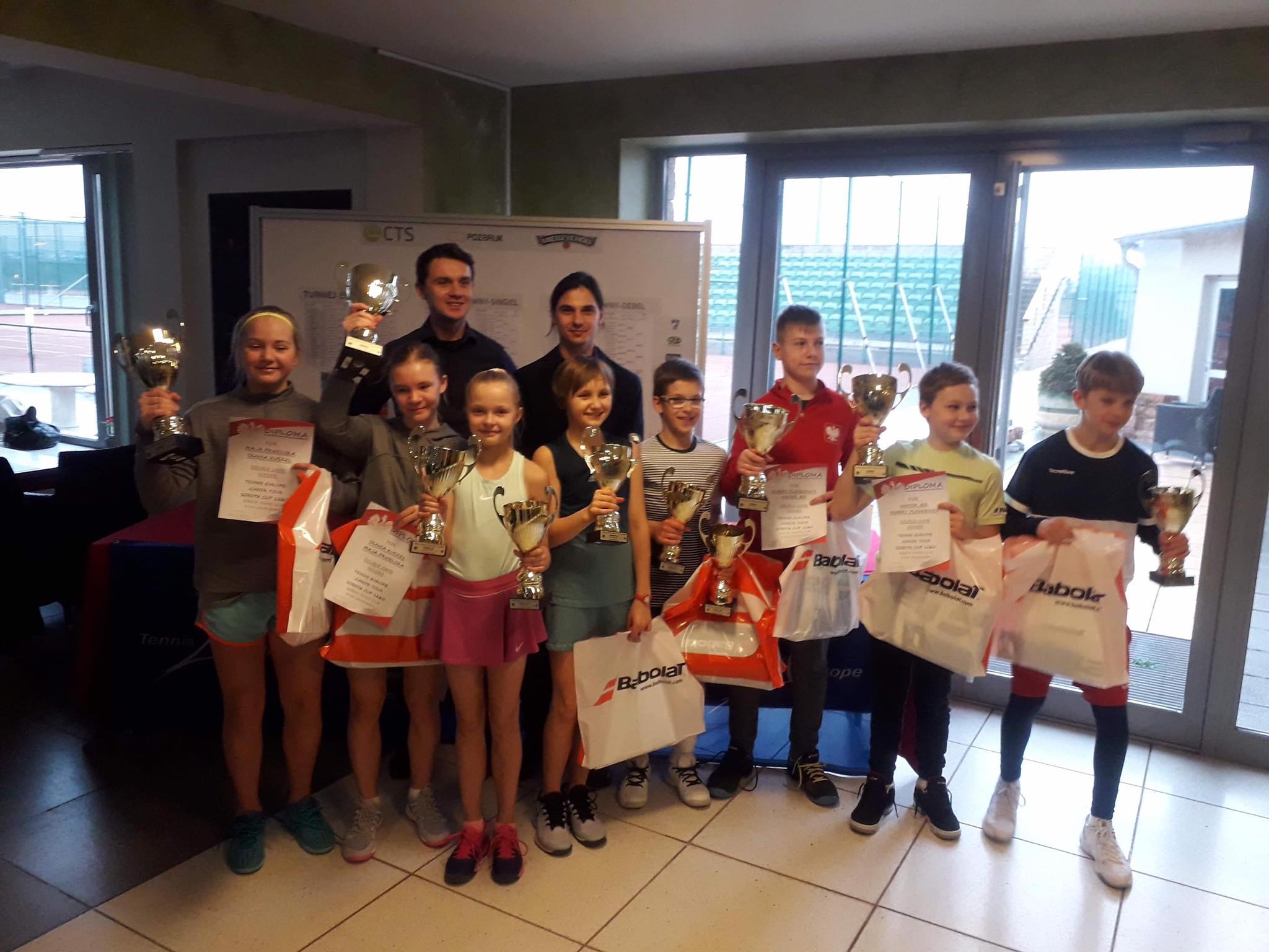 Na zdjęciu zwycięzcy Międzynarodowego Turnieju do lat 12 Sobota Cup Tennis Europe, dziewczynki i chłopcy prezentujący zdobyte nagrody i dyplomy oraz organizatorzy turnieju.