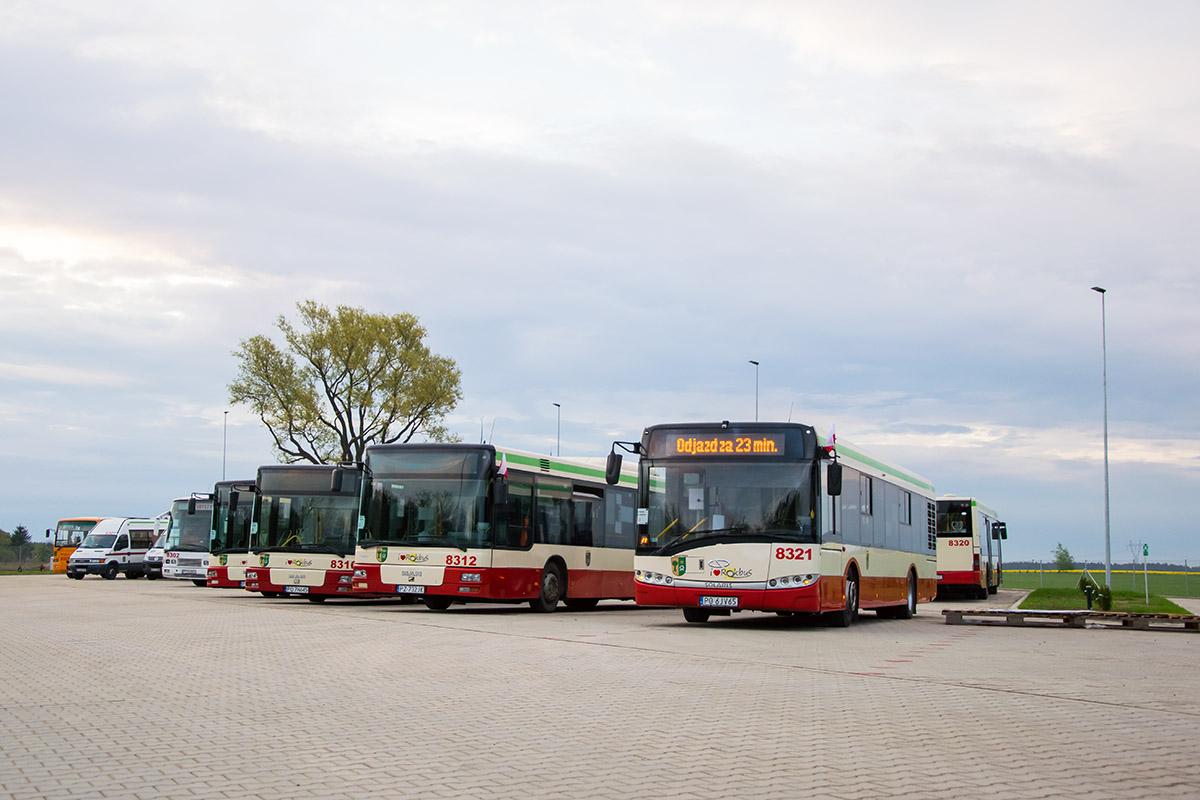 Na zdjęciu dziewięć pojazdów Rokbus - autobusy, autokary, busy na parkingu przed nową bazą. Autor: Marcin Nader