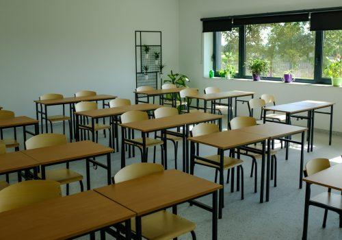 Na zdjęciu szkolne ławki ustawione w rzędzie w jednej z klas szkoły podstawowej w Cerekwicy. Fot. Damian Nowicki