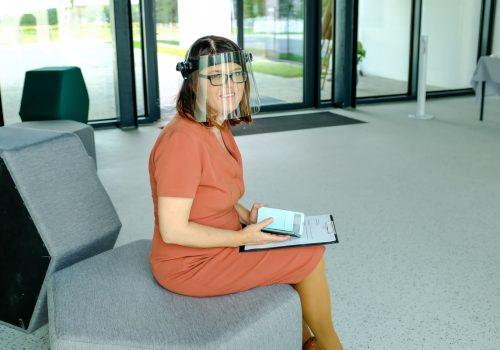 Na zdjęciu Wicedyrektor Szkoły Podstawowej w Cerekwicy Mariola Sudoł-Szczepaniak w przyłbicy ochronnej siedząca na pufie w kształcie sześciokąta foremnego. Fot. Damian Nowicki