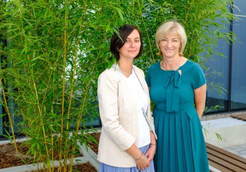 Na zdjęciu dwie nauczycielki szkoły podstawowej w Cerekwicy pozujące na tle roślinności. Fot. Damian Nowicki.