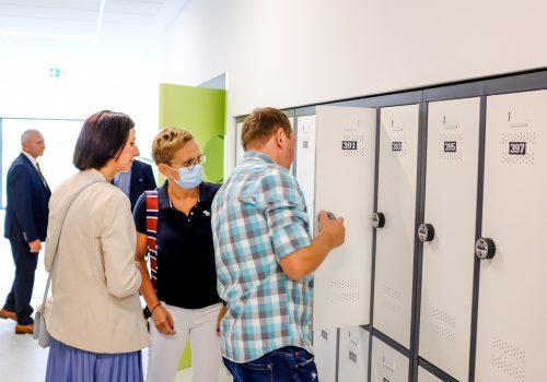Na zdjęciu zwiedzający szkołę podstawową w Cerekwicy zaglądający do otwartej uczniowskiej szafki. Fot. Damian Nowicki