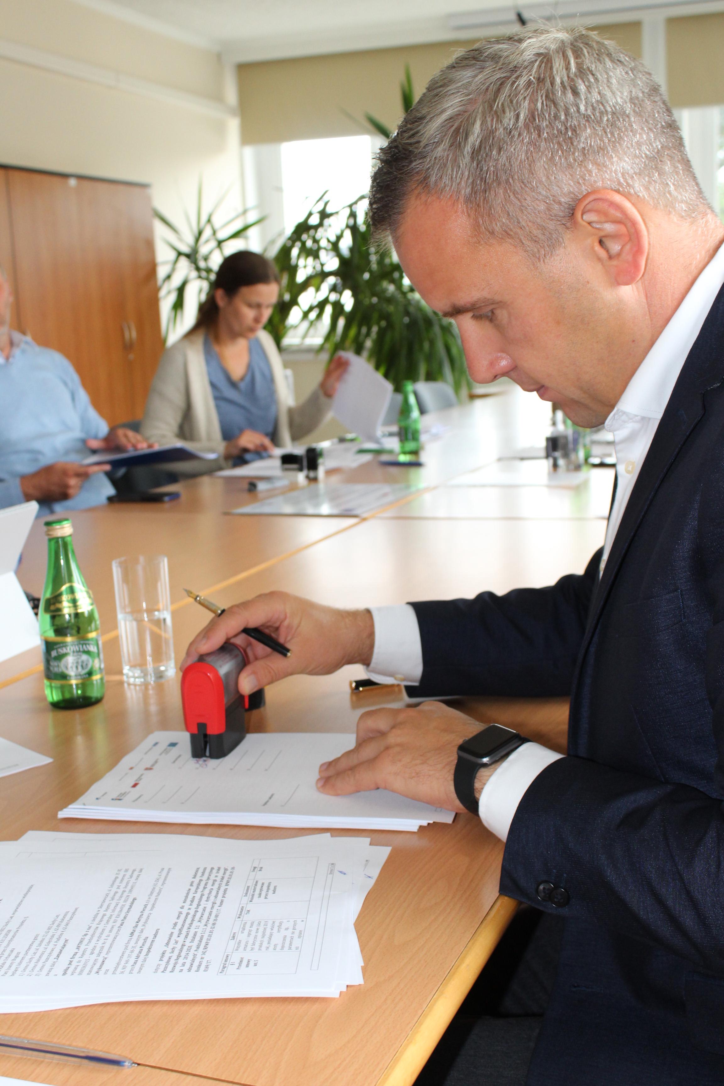 Na zdjęciu Zastępca Wójta Gminy Rokietnica Arkadiusz Klapiński podpisujący protokół końcowy projektu OZE.