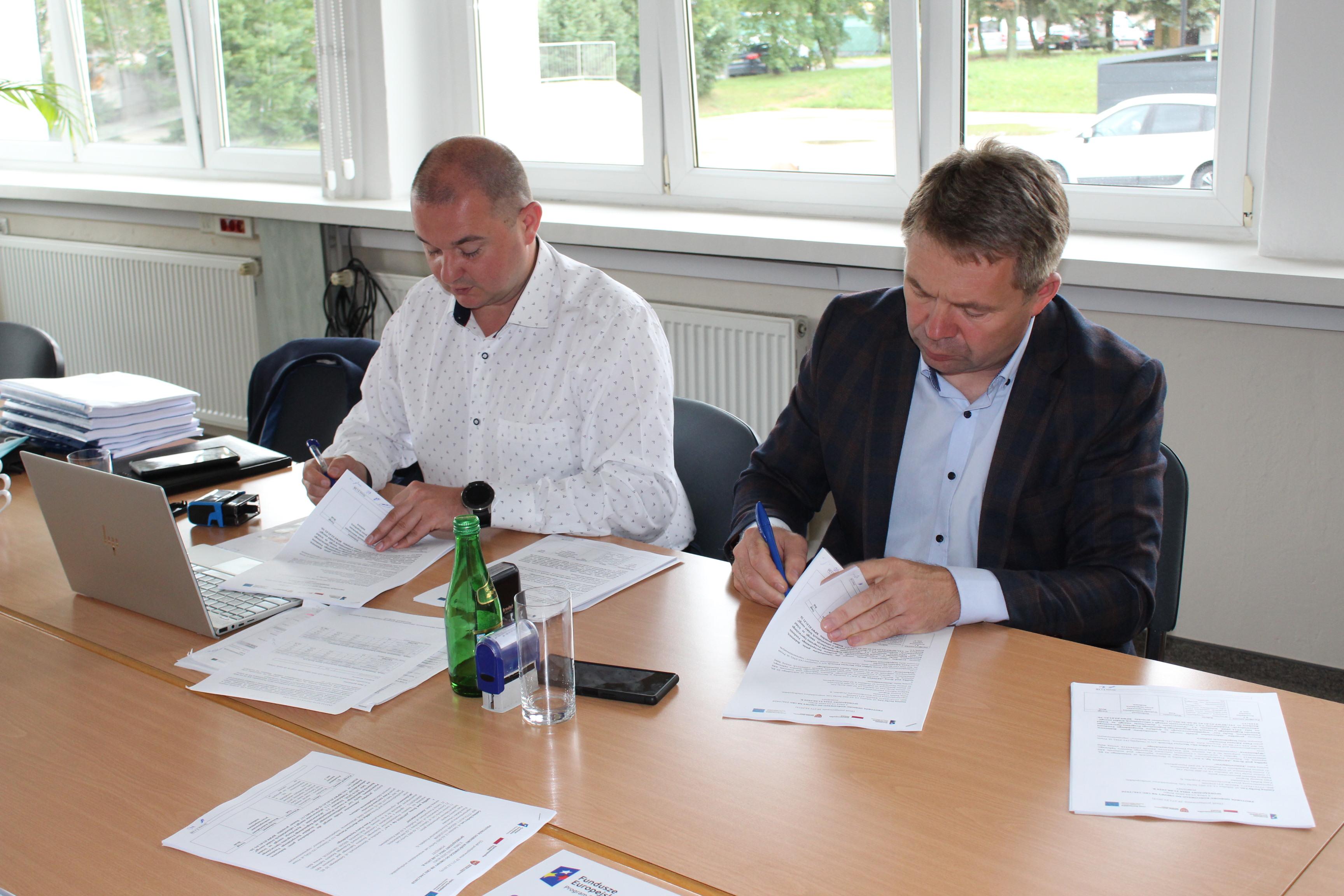 Na zdjęciu wykonawca oraz inspektor nadzoru podpisujący protokół końcowy projektu OZE.