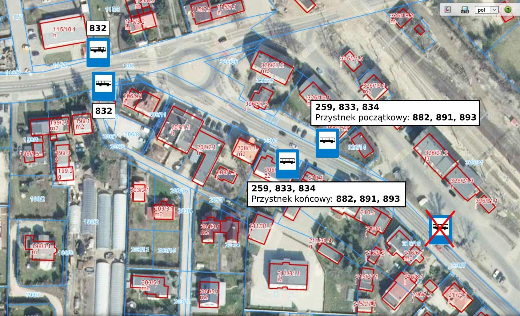 Na mapie tymczasowe lokalizacje przystanków Rokietnica Stacja dla linii autobusowych 832, 891, 893, 882, 259. Dookoła budynki z oznaczonymi numerami działek.